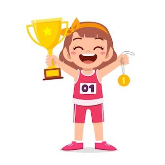 Menina feliz e fofa segurando medalha de ouro e troféu