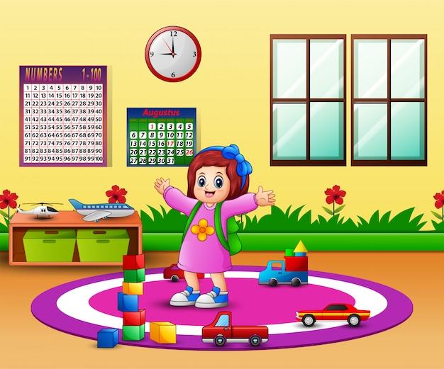 Menina feliz na sala de aula do jardim de infância