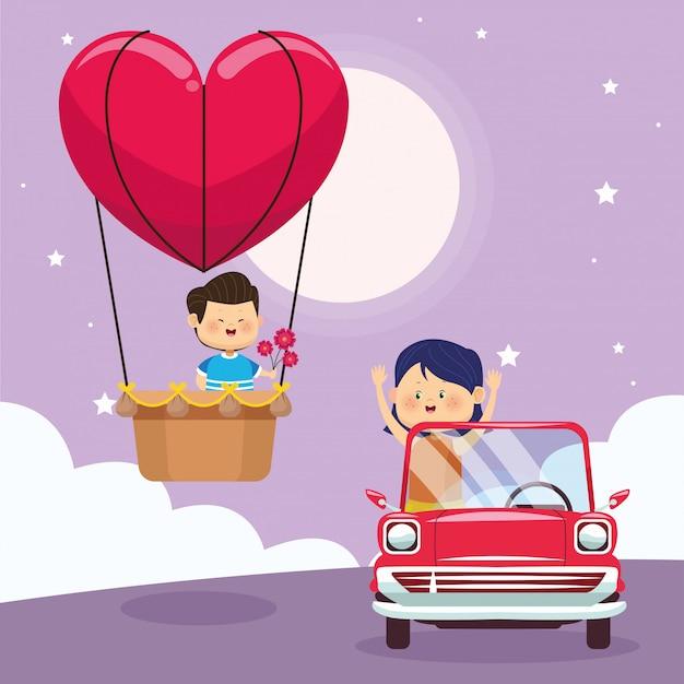 Menina feliz no carro clássico e menino no balão de ar do coração