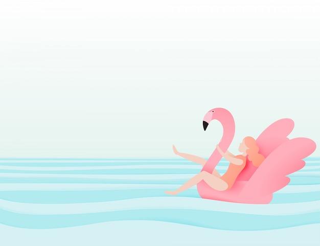 Menina flutuando na praia com flamingo