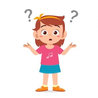 Menina garoto bonitinho confundida com ponto de interrogação