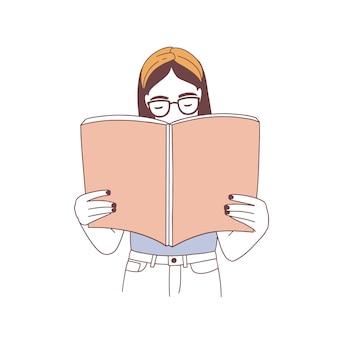 Menina hippie pensativa de óculos lendo um livro ou se preparando para um exame