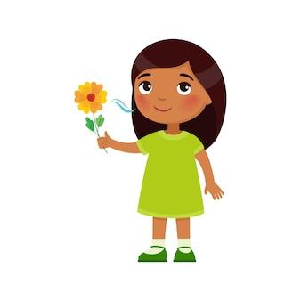 Menina indiana gosta do cheiro agradável de uma expressão de conceito de fragrância de flores de emoção