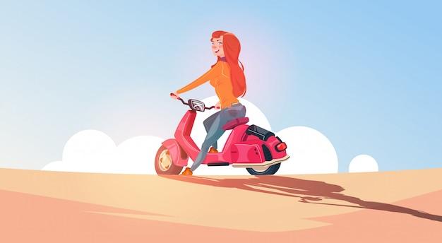 Menina jovem, montando, scooter elétrico, viagem, ligado, vindima, motocicleta, ao ar livre, sobre, céu azul, paisagem