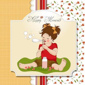 Menina linda engraçada soprando bolhas de sabão