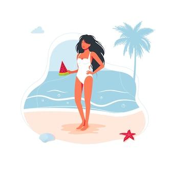 Menina linda mulher na praia em um maiô e com uma fatia de melancia na mão à beira-mar na areia. pessoas da praia do mar viajando banner, símbolo de férias de verão. ilustração vetorial