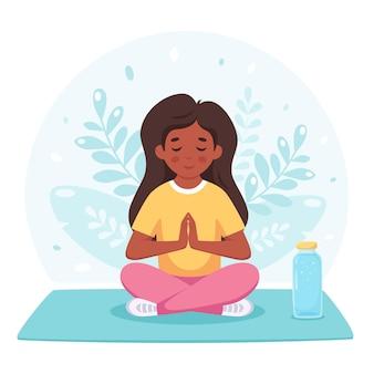 Menina meditando em pose de lótus ioga ginástica e meditação para crianças