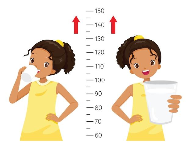 Menina morena bebendo leite para a saúde e mais alta, menina medindo sua altura