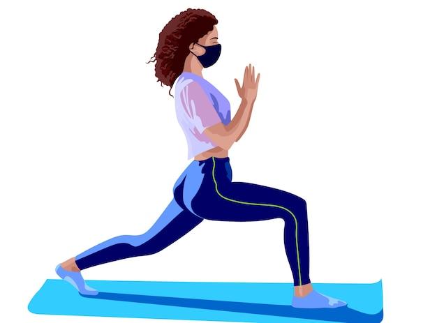 Menina morena vestida com blusa rosa, legging azul, meias brancas e máscara cirúrgica fazendo ioga na esteira de treinamento azul