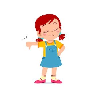 Menina mostra desacordo com gesto do polegar para baixo