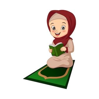 Menina muçulmana de desenho animado lendo livro do alcorão