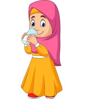 Menina muçulmana dos desenhos animados bebendo água