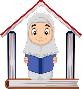 Menina muçulmana dos desenhos animados, lendo um livro