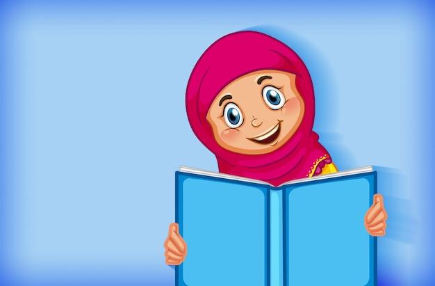 Menina muçulmana lendo o livro