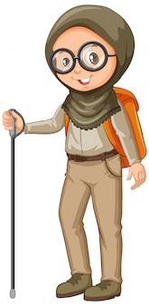 Menina muçulmana no escoteiro uniforme com caminhadas vara sobre fundo branco