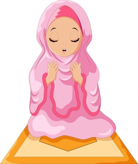 Menina muçulmana sentada no tapete de oração enquanto rezava