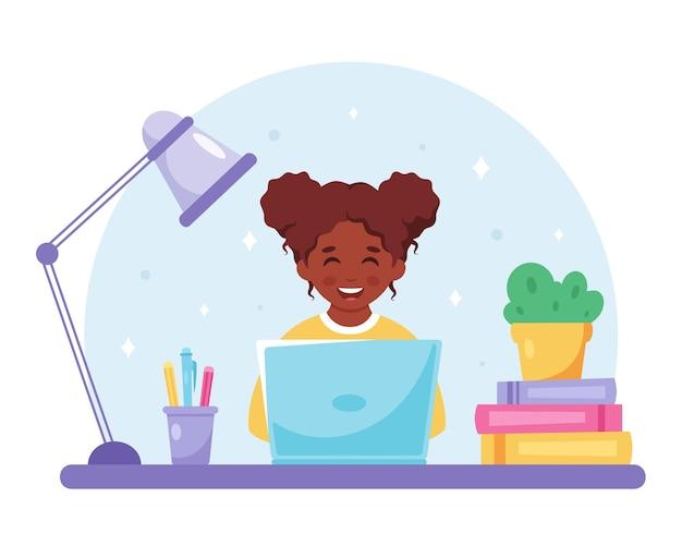 Menina negra estudando com computador aprendendo on-line de volta ao conceito de escola