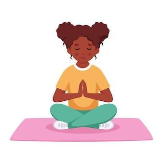 Menina negra meditando em pose de lótus meditação de ginástica para crianças