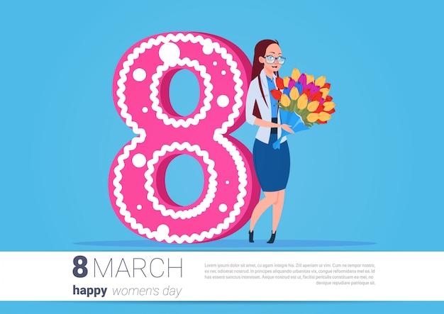 Menina, segurando, buquet flores, feliz mulher, dia, saudação, feriado 8 de março