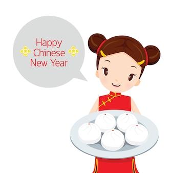Menina segurando o prato de sobremesa, comemoração tradicional, china, feliz ano novo chinês