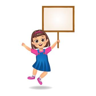 Menina segurando um tabuleiro vazio de madeira