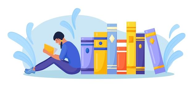 Menina sentada perto da pilha de livros e lendo o livro. biblioteca online, livrarias, e-book. educação na internet
