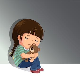 Menina triste sentada sozinha com seu ursinho de pelúcia