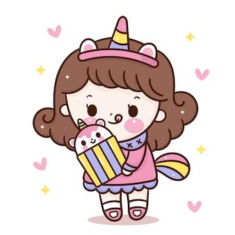 Menina usa orelhas de unicórnio com desenho animado de cupcake kawaii