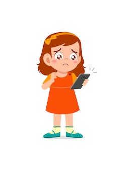 Menina usando celular e chorando