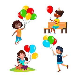 Meninas crianças brincando com um conjunto de balões