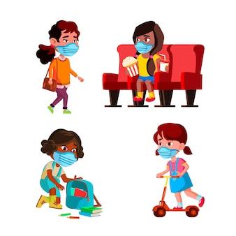 Meninas crianças vestindo máscara facial definir vetor. crianças de colegiais usam máscara protetora no cinema e na escola, andando na rua e andando de patinete no parque. personagens plana ilustrações de desenho animado