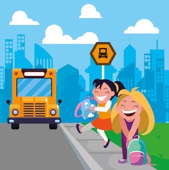 Meninas estudantes na parada de ônibus com a cidade de fundo