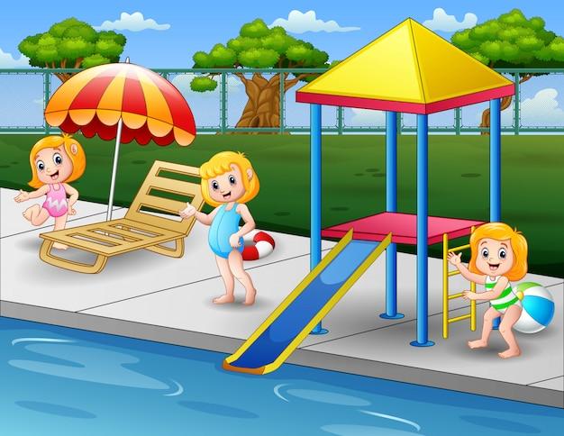 Meninas felizes brincando na borda da piscina no quintal