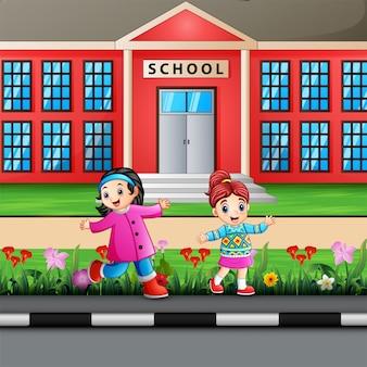 Meninas felizes no prédio da escola