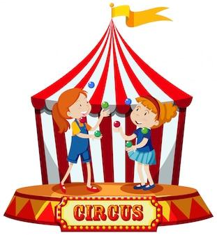 Meninas malabarismo na tenda de circo