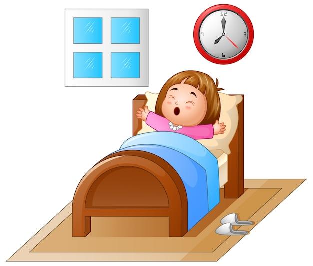Menininha, acordar, em, um, cama, e, bocejar