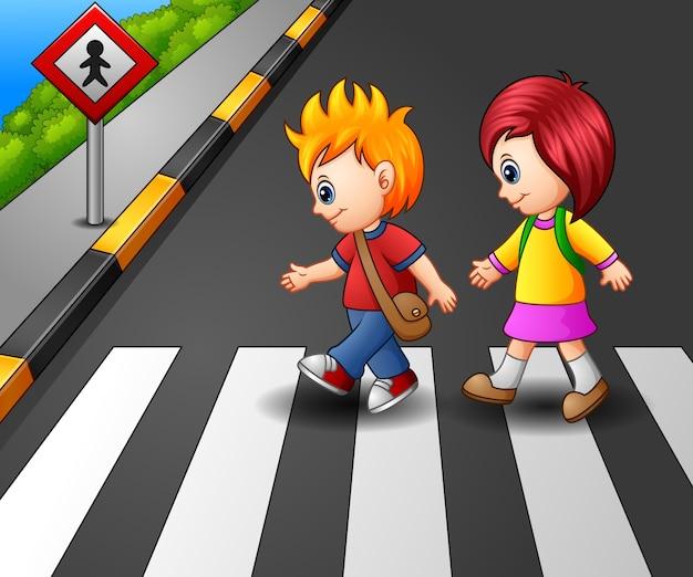 Menininha, e, menino, cruzando rua