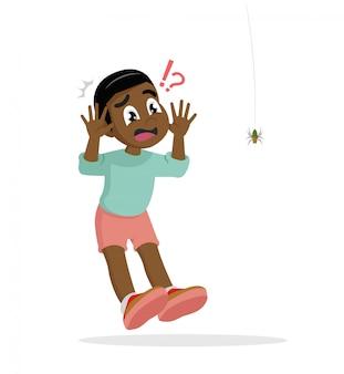 Menino africano com medo de aranha.