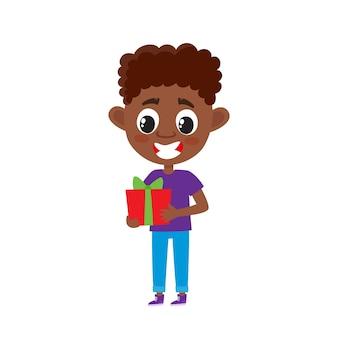 Menino africano fofo com presente em estilo cartoon, isolado no branco, ilustração de criança feliz em pé