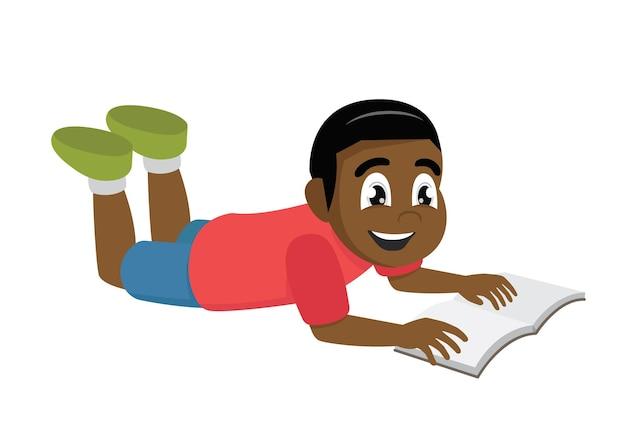 Menino africano lendo livro deitado
