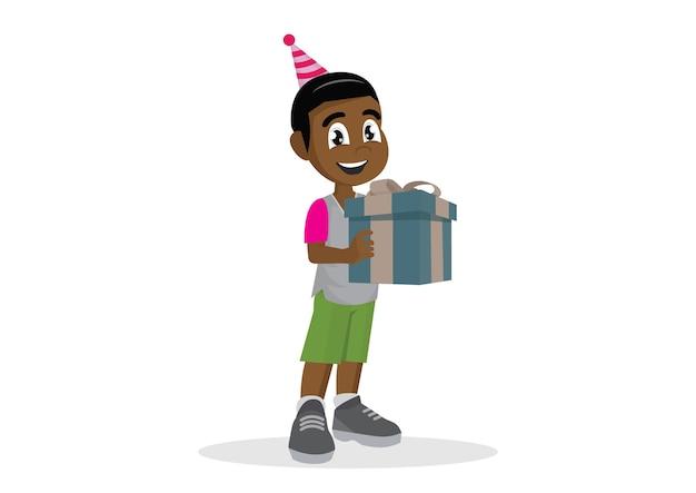 Menino africano pequeno que guarda uma caixa de presente.