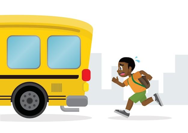 Menino africano que corre após um ônibus escolar.