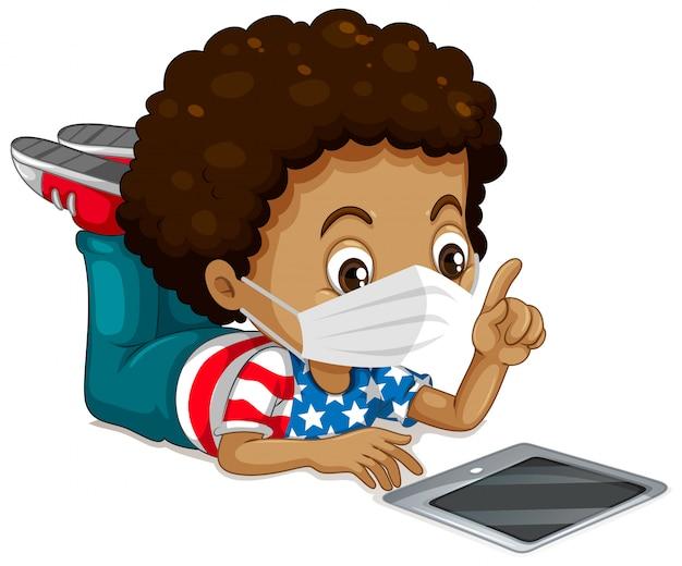 Menino americano vestindo máscara e tablet