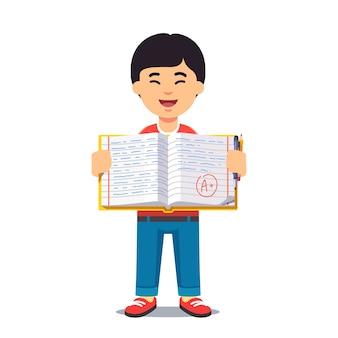 Menino asiático e livro de trabalho aberto com caligrafia