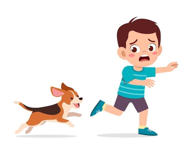 Menino bonitinho assustado porque foi perseguido por cachorro mau