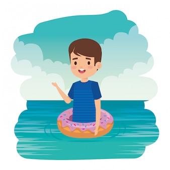 Menino bonitinho com camisa e donut flutuar no mar