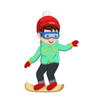 Menino bonitinho com roupas de inverno jogando snowboard