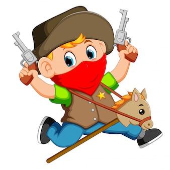 Menino bonitinho correndo com um cavalo em uma vara e duas armas de brinquedo