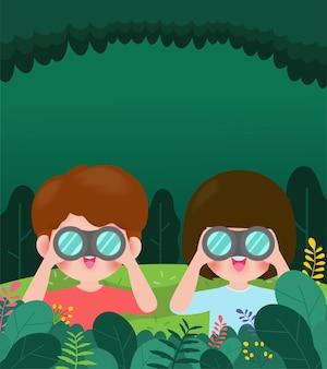 Menino bonitinho e menina assistindo algo através de binóculos na floresta as crianças têm uma aventura de verão ao ar livre crianças acampamento de verão educação de fundo