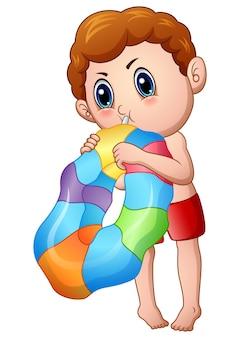 Menino bonitinho soprando um anel inflável